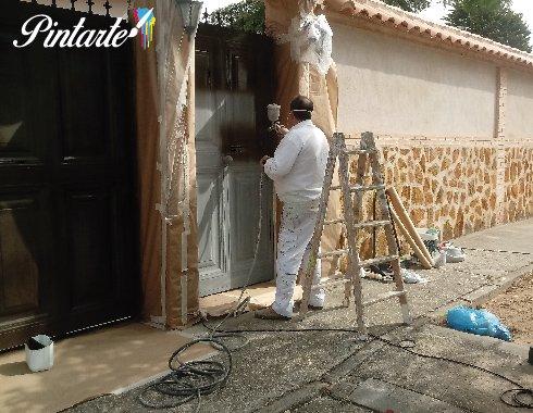 Aplicación de pintura laca satinada a pistola en Olías del Rey (Toledo)