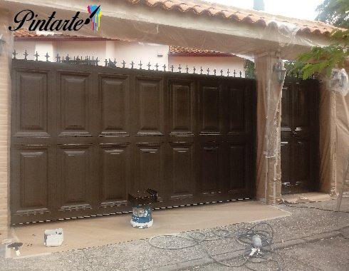 Puertas de calle de garaje y accesoria tapadas listas para pintar en Olías del Rey (Toledo)