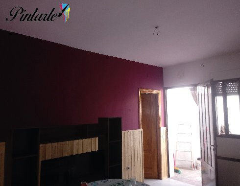 Salón pintado y decorado con el cabecero de distinto color en Toledo